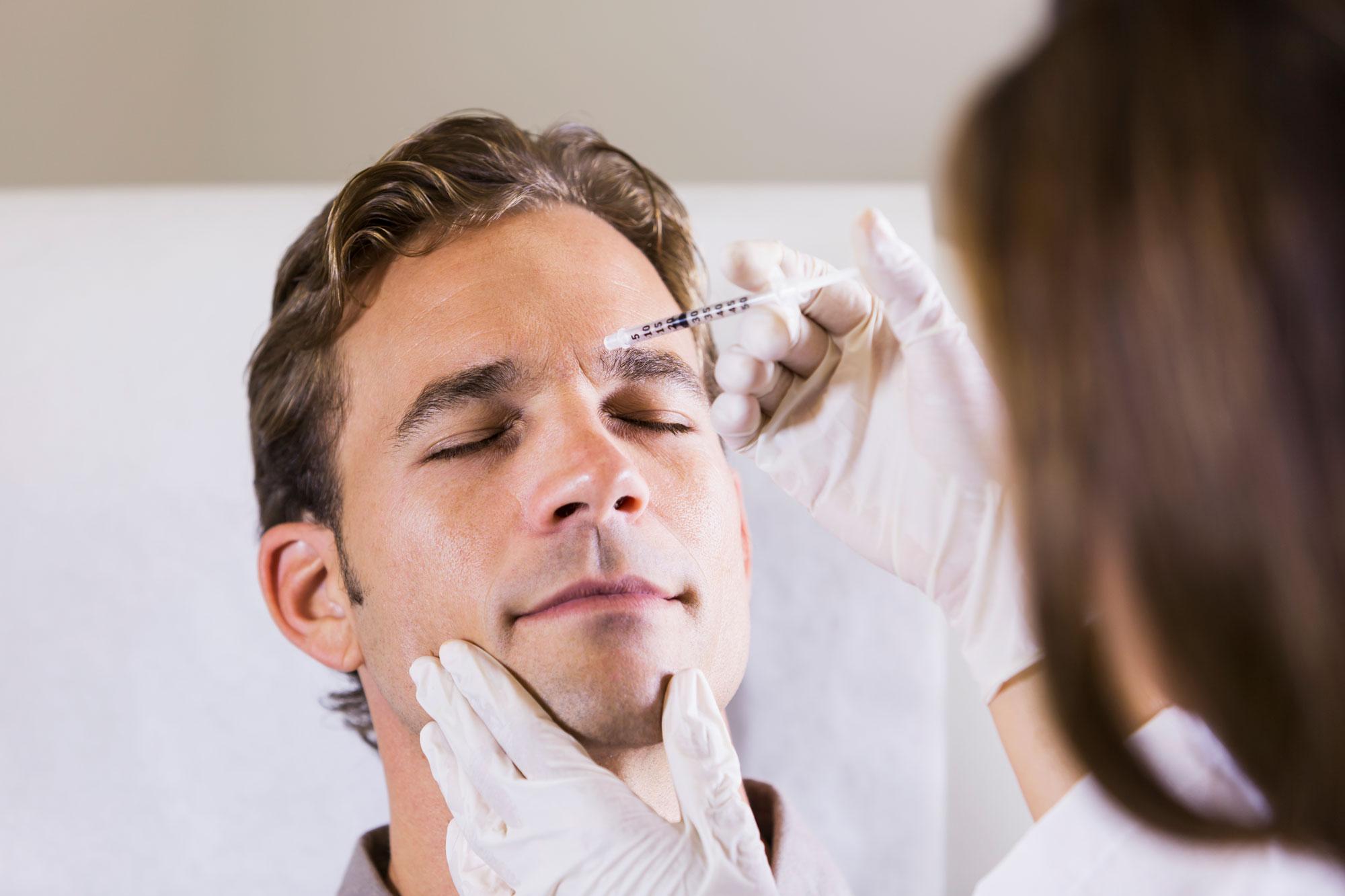 Botox Behandlung eines Mannes an der Stirn