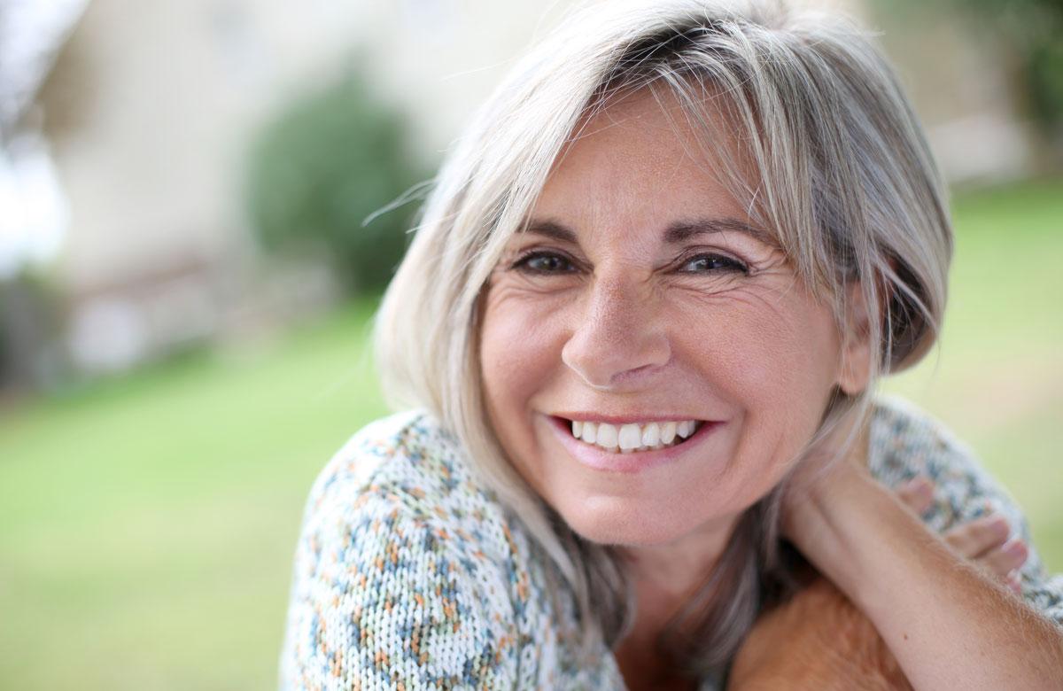 Bild einer Frau mit ausgeglichenem Hormonhaushalt dank Hormontherapie